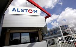 Le titre Alstom figure au rang des valeurs à suivre ce vendredi à la Bourse de Paris, au lendemain de l'annonce par l'américain General Electric, candidat au rachat des activités énergie du groupe français, d'un délai de trois semaines supplémentaires pour l'examen de son offre. /Photo d'archives/REUTERS/Régis Duvignau