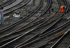 Le gouvernement britannique a attribué vendredi un contrat de 8,9 milliards de livres (11 milliards d'euros) pour l'exploitation de près de la moitié du réseau ferroviaire entre Londres et sa région à Govia, coentreprise détenue par le groupe britannique de transport de voyageurs Go-Ahead et le français Keolis. /Photo d'archives/REUTERS/Luke MacGregor