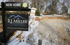 Les ventes de logements neufs ont augmenté plus que prévu en avril et le nombre de maisons actuellement sur le marché a atteint un plus haut de 3 ans et demi, suggérant que la reprise du marché de l'immobilier résidentiel est encore fragile. /Photo prise le 27 mars 2014/REUTERS/Larry Downing