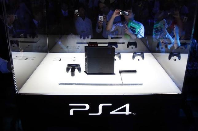 5月26日、中国の上海東方明珠は、ソニーと「プレイステーション」を製造販売するための合弁会社2社を設立すると明らかに。写真は「プレイステーション4」。昨年9月撮影(2014年 ロイター/Yuya Shino)