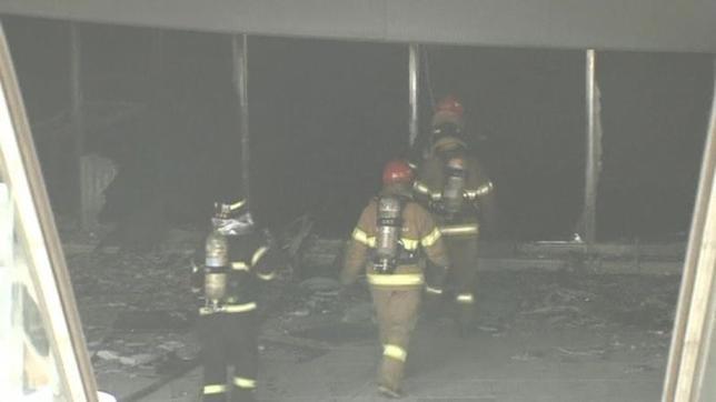 5月26日、韓国の首都ソウル北部の複合ターミナルで火災が発生し、5人が死亡、数十人が負傷した。写真は現場に入る消防隊員(2014年 ロイター/Reuters TV)