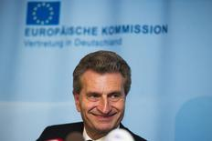 El comisario de Energía de la UE Guenther Oettinger habla con los medios después de las negociaciones entre la UE, Ucrania y Rusia en la sede del organismo europeo en Berlín. 26 de mayo, 2014.  El comisario de Energía de la Unión Europea dijo el lunes que Ucrania y Rusia lograron más avances en su disputa por los precios del gas, y que su propuesta de que Ucrania cancele 2.000 millones de dólares de deuda el jueves podría allanar el camino para más negociaciones al día siguiente. REUTERS/Thomas Peter