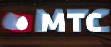 Логотип МТС у магазина компании в Санкт-Петербурге 18 марта 2013 года. Крупнейший в СНГ телекоммуникационный оператор МТС в первом квартале 2014 года получил прибыль ниже прогноза опрошенных Рейтер аналитиков. REUTERS/Alexander Demianchuk
