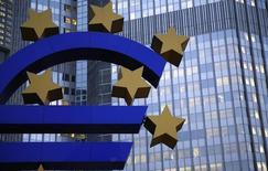 Escultura del signo del euro afuera de las oficinas centrales del BCE, Fráncfort, nov 5, 2013. El Banco Central Europeo (BCE) discutirá la semana próxima pasos a seguir que podrían implicar un recorte de las tasas de interés, a fin de evitar que la recuperación de la zona euro se vea interrumpida, dijo el martes Ewald Nowotny, miembro del consejo de gobierno de la entidad financiera regional. REUTERS/Kai Pfaffenbach