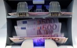 La Banque centrale européenne (BCE) dépensera 300 millions d'euros cette année et la suivante pour mettre en place une unité d'élite chargée de superviser les grandes banques de la zone euro. /Photo d'archives/REUTERS/Pascal Lauener