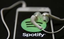 Le service d'écoute de musique en ligne Spotify va demander dans les jours à venir à une partie de ses clients de retaper leur mot de passe et de mettre à jour leur logiciel, la société ayant constaté que des pirates informatiques avaient eu accès à son système interne et aux données sur son réseau.  /Photo prise le 20 février 2014/REUTERS/Dado Ruvic