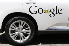 Google va construire des prototypes de voitures sans volant et sans pédales d'accélérateur ou de frein, une nouvelle étape dans la mise en oeuvre de ses ambitions dans le domaine de l'automobile sans conducteur. /Photo prise le 13 mai 2014/REUTERS/Stephen Lam