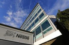 Logo de Nestle sobre un camión afuera de las oficinas centrales de la empresa, Vevey, oct 17, 2013. El grupo suizo de alimentos Nestlé intensificó el miércoles sus esfuerzos por seguir expandiéndose en el mercado del cuidado de la piel, al comprar los derechos de varios tratamientos para líneas y arrugas faciales a la compañía canadiense Valeant por 1.400 millones de dólares en efectivo. REUTERS/Denis Balibouse