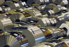 Bobinas de acero en producción en la planta de ArcelorMittal en Florange, Francia, oct 18 2013. La confianza en la economía de la zona euro mejoró más de lo esperado en mayo y las expectativas de inflación entre los consumidores y las compañías subieron por primera vez desde diciembre, mostraron el miércoles datos de la Comisión Europea.  REUTERS/Vincent Kessler