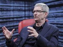 El presidente ejecutivo de Apple Inc, Tim Cook, habla en una conferencia en Rancho Palos Verdes, California, 28 de mayo del 2014. Apple anunció el miércoles que adquirirá Beats por unos 3.000 millones de dólares e incorporará a sus filas al magnate de la industria discográfica Jimmy Iovine, en un intento por avanzar en el floreciente mercado de música por suscripción. REUTERS/Asa Mathat/Re/code/cortesía. ATENCION EDITORES: ESTA FOTO FUE SUMINISTRADA POR UN TERCERO. REUTERS NO PUDO VERIFICAR DE MANERA INDEPENDIENTE SU AUTENTICIDAD, CONTENIDO, UBICACION O FECHA. ESTA FOTO ES DISTRIBUIDA EXACTAMENTE COMO FUE RECIBIDA POR REUTERS, COMO UN SERVICIO A CLIENTES. NO PARA VENTAS NI PARA ARCHIVOS. SOLO PARA USO EDITORIAL. NO PARA VENTAS PARA MERCADEO O CAMPAÑAS PUBLICITARIAS