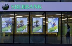 Sberbank, la première banque russe, annonce jeudi une baisse de 18% de ses bénéfices au premier trimestre et une hausse de ses provisions pour créances douteuses, deux conséquences de la crise en Ukraine, qui pourrait la conduire à renforcer son capital avec l'aide de l'Etat. /Photo prise le 27 janvier 2014/REUTERS/Alexander Demianchuk