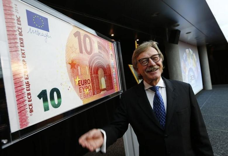 Yves Mersch, Member of the Executive Board of the European Central Bank presents an oversized newly unveiled 10 euro note at the headquarters of the European Central Bank (ECB) in Frankfurt, January 13, 2014.  REUTERS/Ralph Orlowski (GERMANY - Tags: BUSINESS) - RTX17CAT