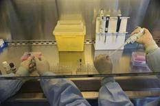 2014 devrait être en France une année record pour les introductions en Bourse de sociétés de biotechnologie, rendant ainsi plus visible un secteur dont les innovations ciblées suscitent l'intérêt des investisseurs mais aussi des grands groupes pharmaceutiques. /Photo d'archives/REUTERS