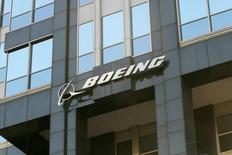 Boeing, à suivre lundi sur les marchés américains. Le constructeur s'est déclaré persuadé d'assurer une transition sans accroc entre les versions actuelles et futures de ses deux appareils les plus rentables: le long courrier 777 et le court courrier 737. /Photo d'archives/REUTERS