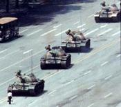 Житель Пекина на пути у танков 5 июня 1989 года. Работа сервисов Google Inc <GOOGL.O> в Китае была заблокирована в преддверии 25-й годовщины разгона массовой демонстрации на площади Таньаньмэнь, сообщила следящая за цензурой в Поднебесной организация GreatFire.org. Reuters/Stringer