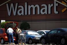 Imagen de archivo de compradores a la salida de un local de Wal-Mart de México, en Ciudad de México, agosto  15, 2012. Wal-Mart de México (Walmex), la más grande cadena minorista del país, habría visto en mayo crecer sus ventas a tiendas comparables por segundo mes consecutivo, animadas por el próximo Mundial de fútbol y un calendario favorable.  REUTERS/Edgard Garrido