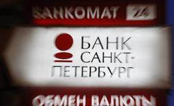 Щит с логотипом банка Санкт-Петербург, Санкт-Петербург, 25 марта 2013 года. Банк Санкт-Петербург, входящий в 30-ку крупнейших в России, увеличил чистую прибыль в первом квартале 2014 года на 55 процентов в годовом выражении до 1,7 миллиарда рублей, превысив средний прогноз аналитиков в 1,2 миллиарда. REUTERS/Alexander Demianchuk