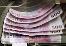 Le déficit du régime général de la Sécurité sociale, fonds de solidarité vieillesse (FSV) inclu, a diminué de 2,1 milliards d'euros en 2013 par rapport à 2012, à 15,4 milliards, selon des résultats qui seront présentés jeudi par la Commission des comptes de la Sécurité sociale et dont Reuters a obtenu une synthèse. /Photo d'archives/REUTERS/Thierry Roge