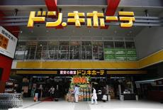 REFILE - CORRECTING TYPO  Shoppers look at items outside the Don Quijote's central branch store in Tokyo May 28, 2014. REUTERS/Yuya Shino