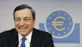 Глава ЕЦБ Марио Драги на пресс-конференции во Франкфурте-на-Майне 5 июня 2014 года. Центробанк еврозоны, снизивший ставки в четверг, объявил о дополнительных мерах смягчения денежно-кредитной политики ради борьбы с угрозами дефляции и торможения экономики. REUTERS/Ralph Orlowski