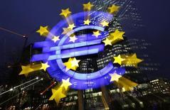 """Logotipo do euro fotografado em frente à sede do Banco Central Europeu, em Frankfurt. O BCE cortou as taxas de juros para mínimas recordes nesta quinta-feira, impondo taxas negativas a seus depositantes """"overnight"""" para persuadir bancos a emprestar mais e combater o risco de deflação.      8/01/2013. REUTERS/Kai Pfaffenbach"""