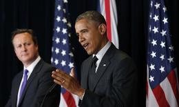 """Президент США Барак Обама и премьер Великобритании Дэвид Кэмерон на пресс-конференции после саммита G7 в Брюсселе 5 июня 2014 года. Обама сказал, что российский лидер Владимир Путин должен признать новые власти Украины, вступить с ними в диалог и прекратить """"провокации"""" вдоль украинской границы под угрозой нового раунда санкций со стороны стран """"Большой семёрки"""". REUTERS/Kevin Lamarque"""