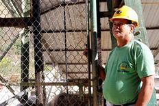 Imagen de archivo de un minero a las afueras de un yacimiento de Minesadco Mining Co. en Portovelo, Ecuador, oct 20 2010. Ecuador aplicará nuevas reformas a su incipiente sector minero que apuntan a otorgar incentivos fiscales a los inversores para desarrollar depósitos de minerales, dijo el jueves un funcionario.      REUTERS/Gary Granja