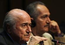 Presidente da Fifa, Joseph Blatter, ao lado do ministro do Esporte, Aldo Rebelo, em entrevista coletiva em São Paulo. 05/06/2014  REUTERS/Paulo Whitaker