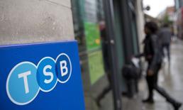 Lloyds Banking Group fixera un prix de cession d'une part de 25% du capital de sa filiale TSB en-dessous de sa valeur comptable, apprend-on dimanche de sources du secteur bancaire. TSB, qui sera mis en Bourse avant la fin du mois, sera valorisé entre 0,7 et 0,9 fois sa valeur comptable qui est de 1,6 milliard de livres (1,97 milliard d'euros), ce qui donnera une valorisation entre 1,12 et 1,44 milliard de livres. /Photo prise le 27 mai 2014/REUTERS/Neil Hall