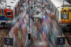 Пассажиры электричек на перроне в Мумбае в час-пик 11 июля 2012 года. Новое правительство Индии готовит обширную программу экономических реформ, которая затронет и железные дороги. REUTERS/Vivek Prakash