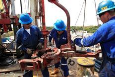 Imagen de archivo de unos empleados de la petrolera Canadian Pacific Rubiales en un yacimiento en el Campo Rubiales en Meta, Colombia, ene 23 2013. La producción petrolera de Colombia bajó un 6,7 por ciento interanual en mayo a un promedio de 950.000 barriles por día (bpd), luego de que ataques de la guerrilla paralizaran el bombeo de un importante oleoducto, informó el lunes el Ministerio de Minas y Energía. REUTERS/Jose Miguel Gomez