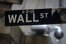 En la fotografía, un letrero de Wall Street bajo la lluvia frente a la Bolsa de Nueva York. Nueva York, 9 de junio de 2014. REUTERS/Carlo Allegri. Los índices Dow Jones y S&P 500 de la bolsa de Nueva York cerraron el lunes en máximos históricos, impulsados por anuncios de adquisiciones que entusiasmaron a los inversores, pese a que el índice de volatilidad de Wall Street presentó un repunte.