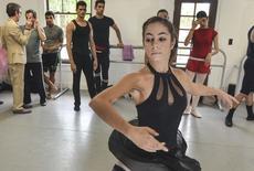 Mónica Gómez Bolaños del Ballet Nacional de Cuba antes de una rueda de prensa en Miami, jun 10 2013. Seis bailarines que desertaron durante el fin de semana del reconocido Ballet Nacional de Cuba aparecieron el martes en Miami y dijeron que planean buscar una carrera en Estados Unidos.   REUTERS/Gaston De Cardenas