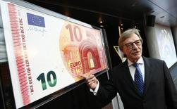 El miembro ejecutivo de la junta del Banco Central Europeo, Yves Mersch, muestra un billete de 10 euros de gran tamaño en la sede del BCE en Frankfurt, enero de 13, 2014. El euro se debilitaba el miércoles luego de que la aceptación de las tasas de interés negativas del Banco Central Europeo impulsó los flujos de salida de la región, mientras que las bolsas en Asia cotizaban cerca de sus máximos recientes. REUTERS/Ralph Orlowski