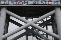 Alstom, qui est à suivre à la Bourse de Paris à la mi-séance, gagne 0,3% à la faveur d'un intérêt de Hitachi a fait savoir jeudi qu'il envisageait de participer à une possible offre commune de Siemens et Mitsubishi Heavy Industries sur la branche énergie du groupe français. Le CAC 40 de son côté est peu changé (+0,09%) à 4.559,25 points vers 12h50. /Photo prise le 27 avril 2014/REUTERS/Stéphane Mahé