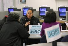 Le nombre des inscriptions au chômage a augmenté contre toute attente la semaine passée aux Etats-Unis mais pas suffisamment pour remettre en cause le sentiment que le marché de l'emploi se retonifie. /Photo d'archives/REUTERS/Robert Galbraith