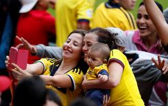 Torcedores tiram fotos durante treino da seleção da Colômbia em Cotia. 9/6/2014  REUTERS/Paulo Whitaker