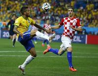 Daniel Alves recebe bola durante partica contra Croácia, na abertura da Copa do Mundo, em São Paulo. 12/6/2014 REUTERS/Kai Pfaffenbach