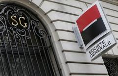 Société Générale abandonne 2,5% à la mi-séance, le secteur bancaire européen étant pénalisé par la perspective d'une hausse des taux, plus tôt que prévu, en Angleterre. L'indice CAC 40 cède de son côté 0,87% à 4.514,89 points à 12h55. /Photo prise le 7 novembre 2013/REUTERS/ Jacky Naegelen