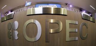 En la imagen una mesa con el logo de la OPEP en Viena, 7 de noviembre de 2013.  La OPEP tendrá que producir un millón de barriles por día (bpd) más de petróleo en promedio en el segundo semestre del 2014 para equilibrar al mercado mundial, que verá un repunte estacional pronunciado de la demanda, dijo el viernes la agencia de energía de Occidente. REUTERS/Leonhard Foeger