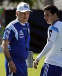 Técnico da Argentina Sabella conversa com Messi durante treino. 13/06/2014  REUTERS/Sergio Perez