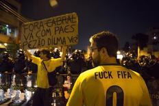 Manifestantes realizam protesto contra a Copa e tentam chegar ao Maracanã durante partida da Argentina contra a Bósnia, mas são barrados pela polícia.  15/6/2014. REUTERS/Marco Bello