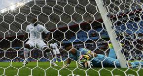 Noel Valladares (D), goleiro de Honduras, com bola dentro do gol em partida contra a França no Beira-Rio. 15/6/2014. REUTERS/Damir Sagolj