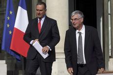 Jean-Paul Herteman, PDG de Safran (à droite) et Marwan Lahoud, directeur général délégué à la stratégie et à l'international d'Airbus Group, sur le perron de l'Elysée. L'ex-EADS et l'équipementier vont lancer d'ici fin 2014 une coentreprise à parité dans le domaine des lanceurs afin de poursuivre le développement d'Ariane 5 et de préparer le lancement d'Ariane 6. /Photo prise le 16 juin 2014/REUTERS/Philippe Wojazer
