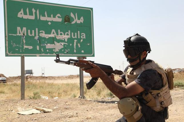 6月13日、アルカイダ系武装集団がイラク北部の都市モスルとティクリートを掌握したことで、中東地域の国境を再編する可能性が出ている。写真はキルクーク郊外で銃をかまえるクルド人治安部隊員。14日撮影(2014年 ロイター/Thaier Al-Sudani)