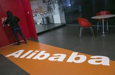 Le groupe chinois de commerce électronique Alibaba Group Holding a dévoilé lundi le nom des 27 associés qui auront le contrôle de la première société mondiale de commerce électronique dans une mise à jour du prospectus publié en vue de son introduction en Bourse de New York. /Photo prise le 23 avril 2014/REUTERS/Chance Chan