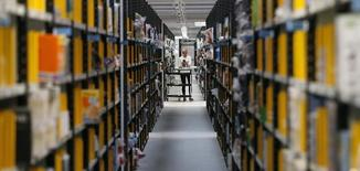 Les ventes en ligne de produits de consommation courante, hors produits frais, représenteront 53 milliards de dollars (39 milliards d'euros) d'ici 2016, soit 5,2% du chiffre d'affaires mondial total, contre 3,7% actuellement, selon une étude du cabinet Kantar Worldpanel. /Photo d'archives/REUTERS/Phil Noble