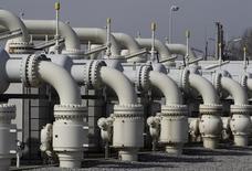 Selon son directeur général Helge Lund, la société pétrolière norvégienne Statoil pourrait augmenter ses livraisons de gaz naturel à l'Union européenne (UE) si cela s'avérait nécessaire mais pas au point de se substituer à la Russie. /Photo d'archives/REUTERS/Heinz-Peter Bader