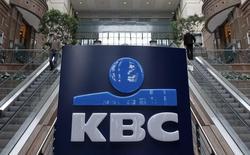 Répétition syntaxe titre de la photo. / Le groupe de bancassurance belge KBC compte rembourser la totalité de sa dette vis-à-vis de l'Etat d'ici la fin de 2017, trois ans plus tôt que prévu au départ.  /Photo d'archives/REUTERS/Yves Herman