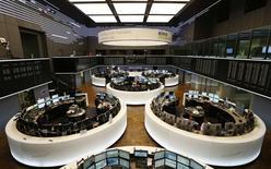 Les Bourses européennes restent dans le vert mardi à mi-séance, soutenues par des opérations de fusions-acquisitions, alors que l'absence de nouvelle escalade de la violence en Irak cette nuit a apaisé les tensions sur les matières premières. À Paris, le CAC 40 progresse de 0,15% à 4.517,22 points vers 11h00 GMT. Francfort prend 0,18% et Londres 0,06%. L'EuroStoxx 50 avance de 0,12%. /Photo prise le 5 juin 2014/REUTERS/Ralph Orlowski